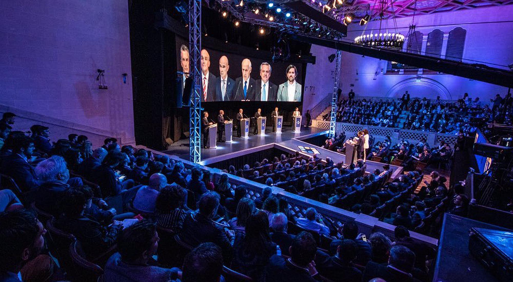 Vista general durante el debate en el Paraninfo de la UNL.