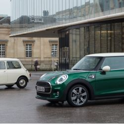MINI 60 Years Edition junto al primer classic Mini de 1959.