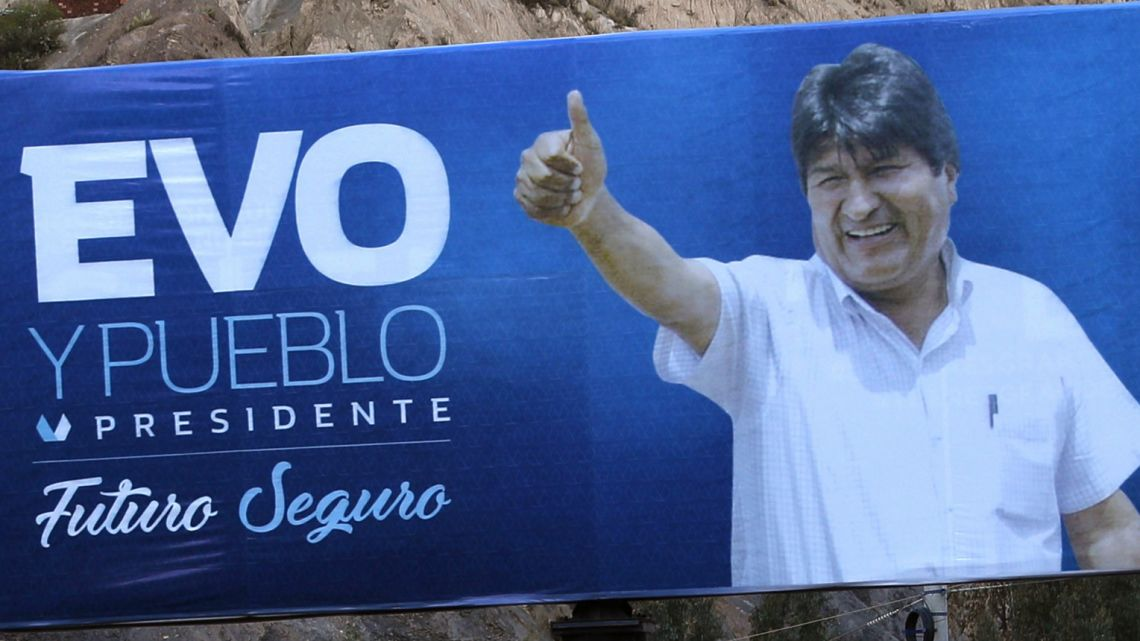A campaign poster featuring President Evo Morales giving a thumbs up reads in Spanish
