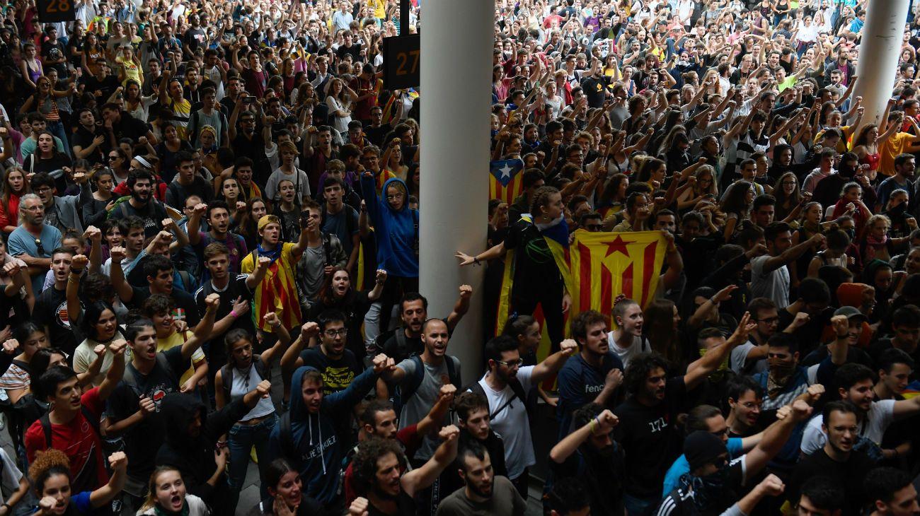 El aeropuerto de Barcelona fue inundado por manifestantes y se cancelaron 110 vuelos.