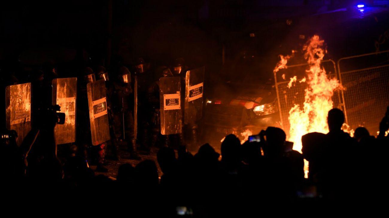 Barcelona: independentistas se enfrentan con la Policía, en otra jornada violenta