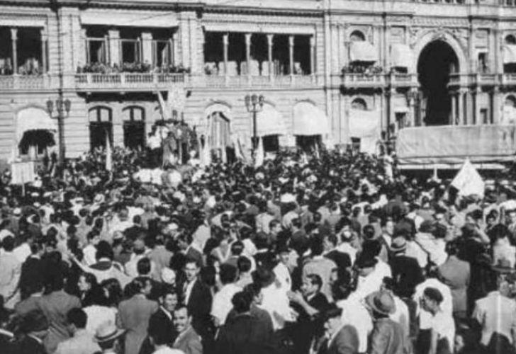 El 17 de octubre de 1945 la Plaza de Mayo se vio colmada por sectores obreros que pidieron la libertad de Juan Domingo Perón.