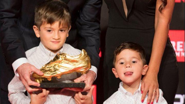 Lengua, robo y travesuras: Mateo Messi le entregó el Botín de oro a su padre