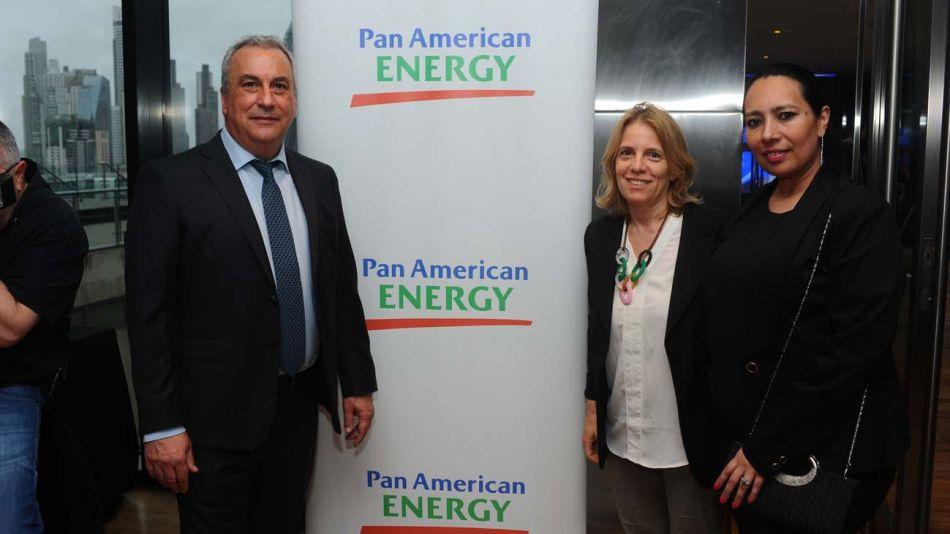 Agustina Zenarruza, Gerente de Sustentabilidad de Pan American Energy (centro), junto a otros referentes del sector.