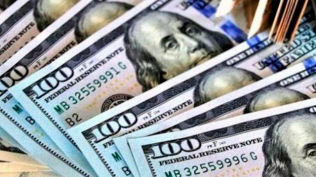 El minorista cerró a $ 59,50, pero el blue se ubicó n $ 67,65, una diferencia del 12% entre ambos tipos de divisas. Alta dolarización por el mercado paralelo.