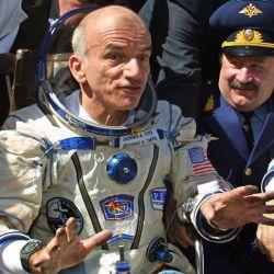 Este es Dennis Tito, el primer turista espacial, un ruso con ganas de vivir en la atmósfera cero.