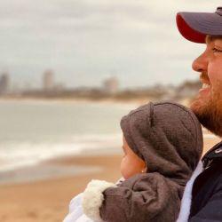 Darío Barassi llevó a su hija a conocer el mar, a Punta del Este
