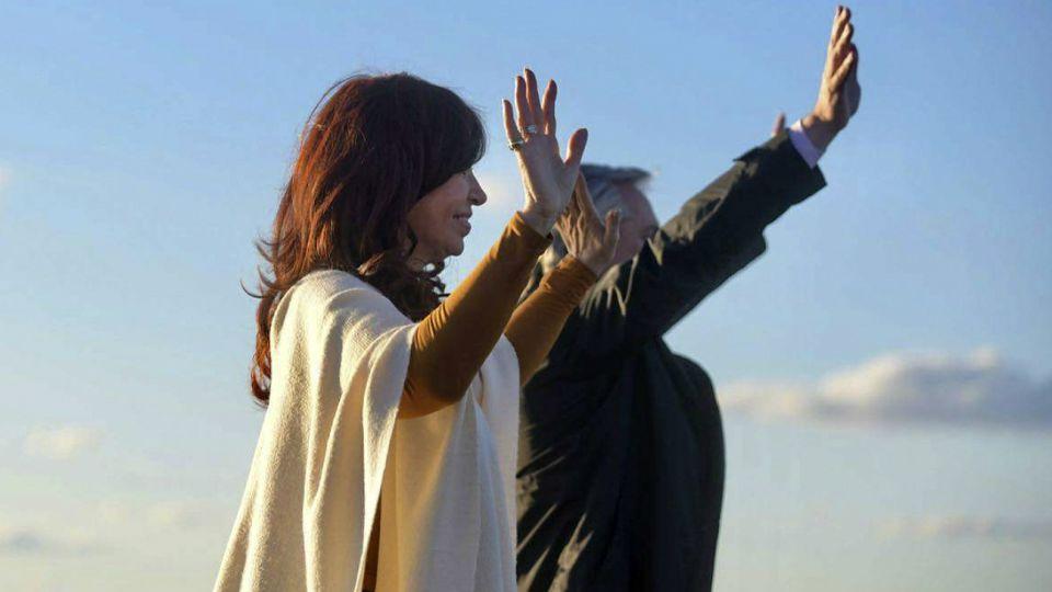 Cristina y Alberto Fernández, saludando a la multitud en La Pampa.