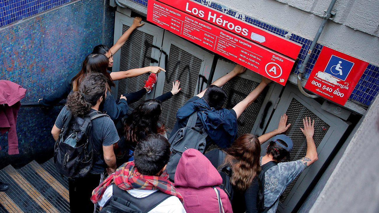 Santiago de Chile paralizado: enfrentamientos entre estudiantes, trabajadores contra la Policía por el aumento del boleto del subte