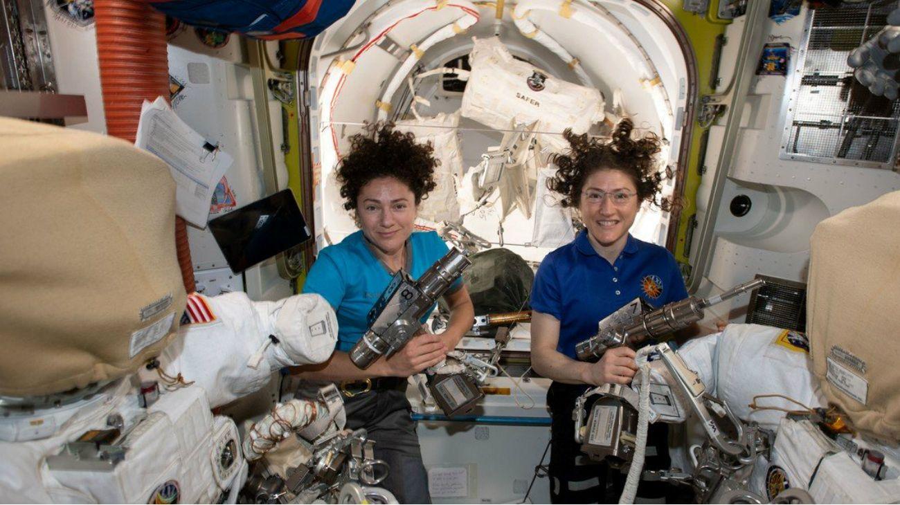 La NASA transmite la primera caminata espacial íntegramente femenina