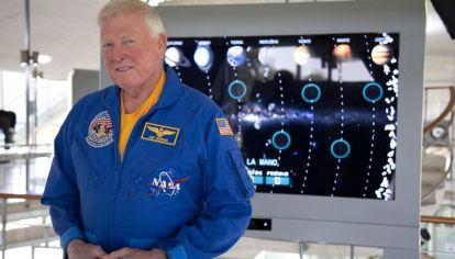 Jon Mcbride (75) visitó el Planetario de Buenos Aires y brindó una serie de conferencias allí.