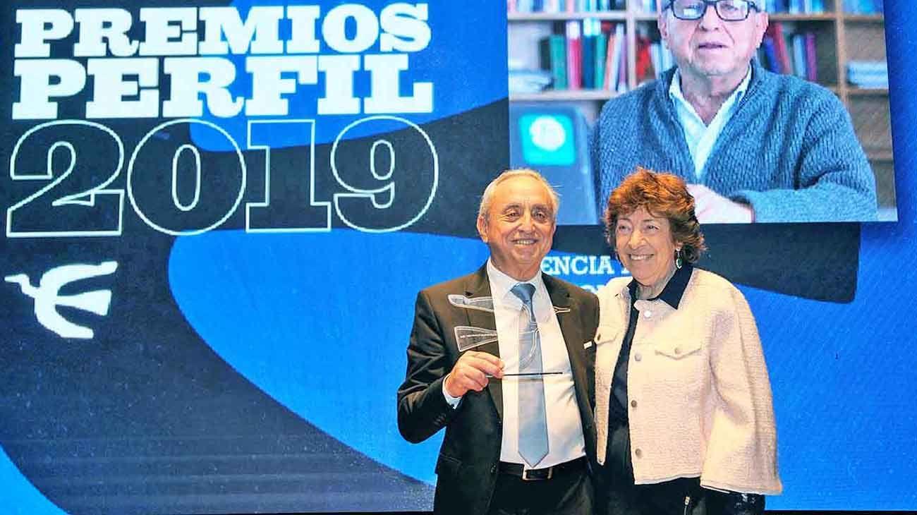Alianza. El médico Pedro Cahn recibió el premio de parte de Mabel Bianco, defensora de género del diario PERFIL.