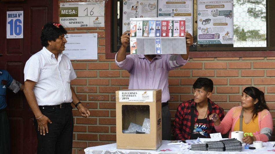 Evo Morales cuando fue a votar en el colegio Villa 14 de Septiembre.