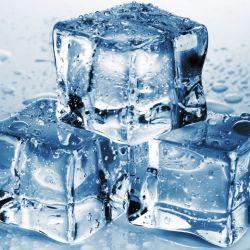 Para garantizar que los cubos de hielo estén lo más cristalinos posible, los fabricantes congelan el agua a un ritmo muy lento.