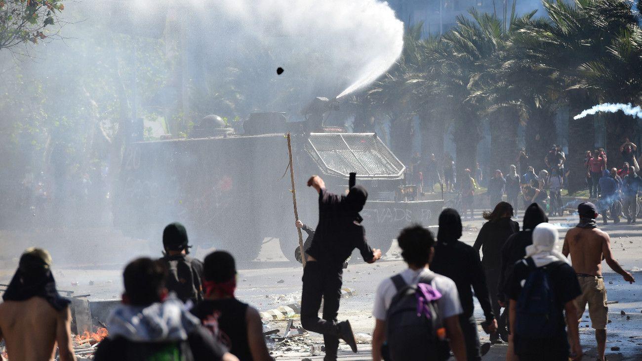 """VIDEO   """"Chile despertó"""": comienza el toque de queda, atacan canales de TV y siguen los enfrentamientos"""