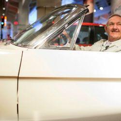 Harry Phillips, a bordo del Mustang número 1 en el Museo Henry Ford de la ciudad estadounidense de Dearborn.