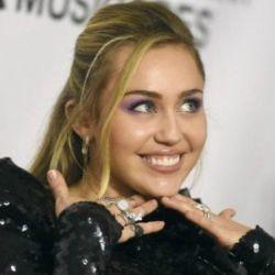 Miley Cyrus posteó más fotos sin corpiño