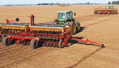 Al aumentar la velocidad de avance, se debe incrementar la presión del tren de siembra sobre el suelo.