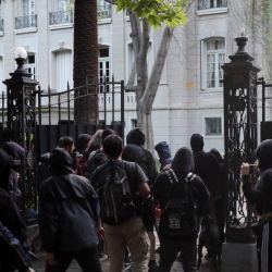 La Embajada Argentina en Chile quedó en el medio del enfrentamiento cívico-militar.