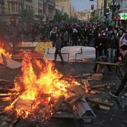Una brutal represión, saqueos, incendios y tres muertos en Chile durante las protestas.  | Foto:AFP