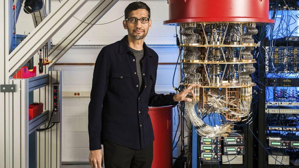Sundar Pichai, CEO de Google, junto al ordenador cuántico