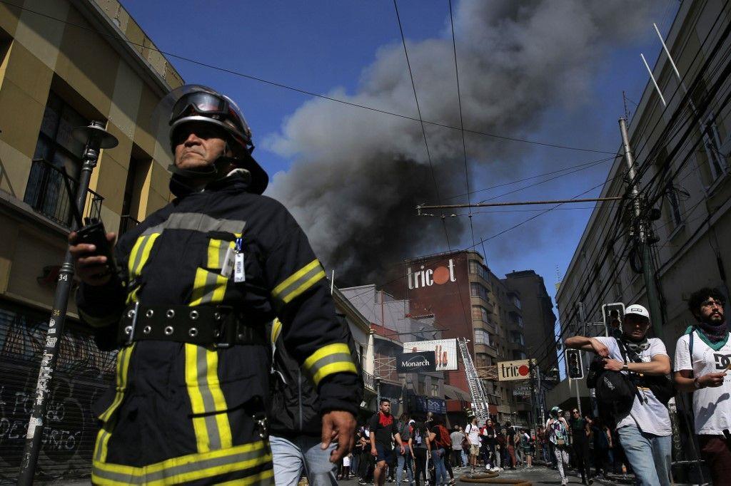 Las protestas estallaron el pasado jueves por la cuarta subida del precio del billete de metro en pocos meses pero han ido en aumento para denunciar la desigualdad social. Desataron la violencia en Santiago, Valparaíso, Viña del Mar y otras grandes ciudades.
