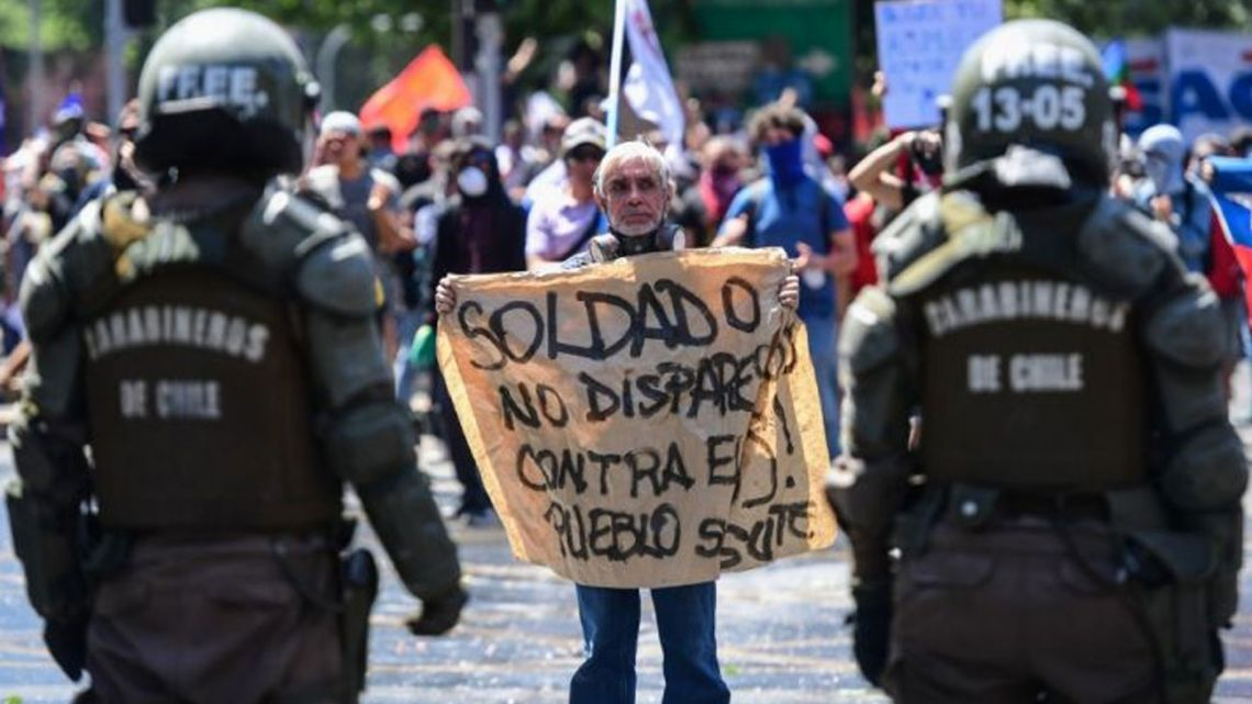 Las protestas estallaron el pasado jueves por la cuarta subida del precio del billete de metro en pocos meses pero han ido en aumento para denunciar la desigualdad social. Desataron la violencia en Santiago, Valparaíso, Viña del Mar y otras grandes ciudades.   Foto:AFP