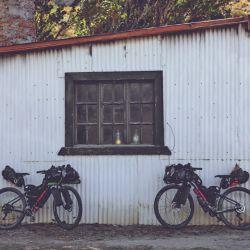Nos hicieron dejar las bicis en la puerta de la estancia y nos invitaron a pasar.