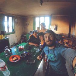 Adentro nos estaban esperando tortas fritas recién hechas, mate y largas charlas de esa cálida e infaltable rutina que se repite una y otra vez cuando pedaleamos por los caminos de la Patagonia Austral.