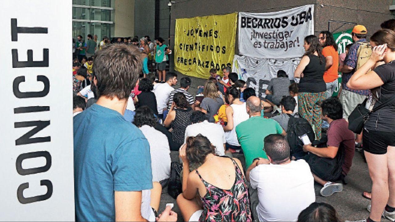 protestas. Ya en diciembre del 2016 comenzaron las movilizaciones en contra del ajuste en ciencia. | Foto:Fotos: Gentileza SECyT y Cedoc.