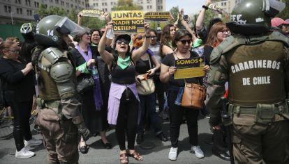 """ESCENAS. Todo tipo de reclamos. Quejas feministas, condena de la represión, burla de la primera dama, que consideró """"aliens"""" a los manifestantes y cacerolas en acción. Hubo incidentes, pero fue en general, una reunión pacífica."""