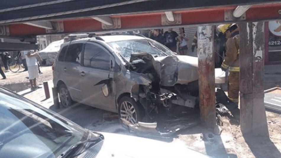 El vehículo atropelló a las tres personas y luego chocó contra un poste.
