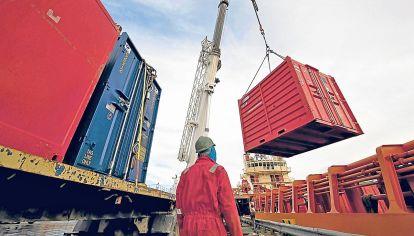 Aumento. Se necesita un aumento constante de las exportaciones para romper la restricción externa de una economía que necesita de dólares para un funcionamiento eficiente.