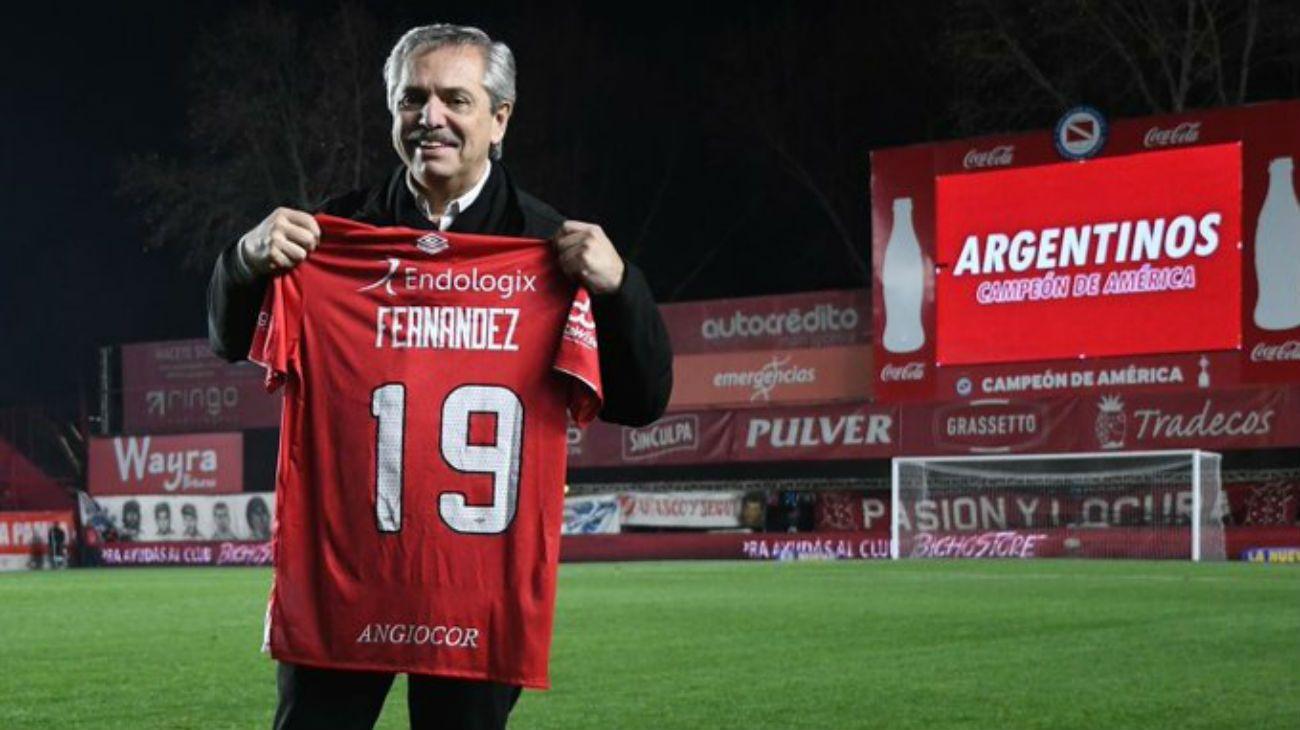 Alberto Fernández, reconocido en Argentinos Juniors, el club de sus amores.