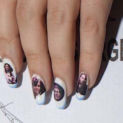 Fotos de Cristina Kirchner y Axel Kicillof también ilustraron sus manos. | Foto:cedoc