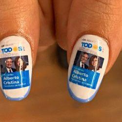 Las uñas de los pulgares de la joven candidata llevaban la boleta del Frente de Todos. | Foto:cedoc