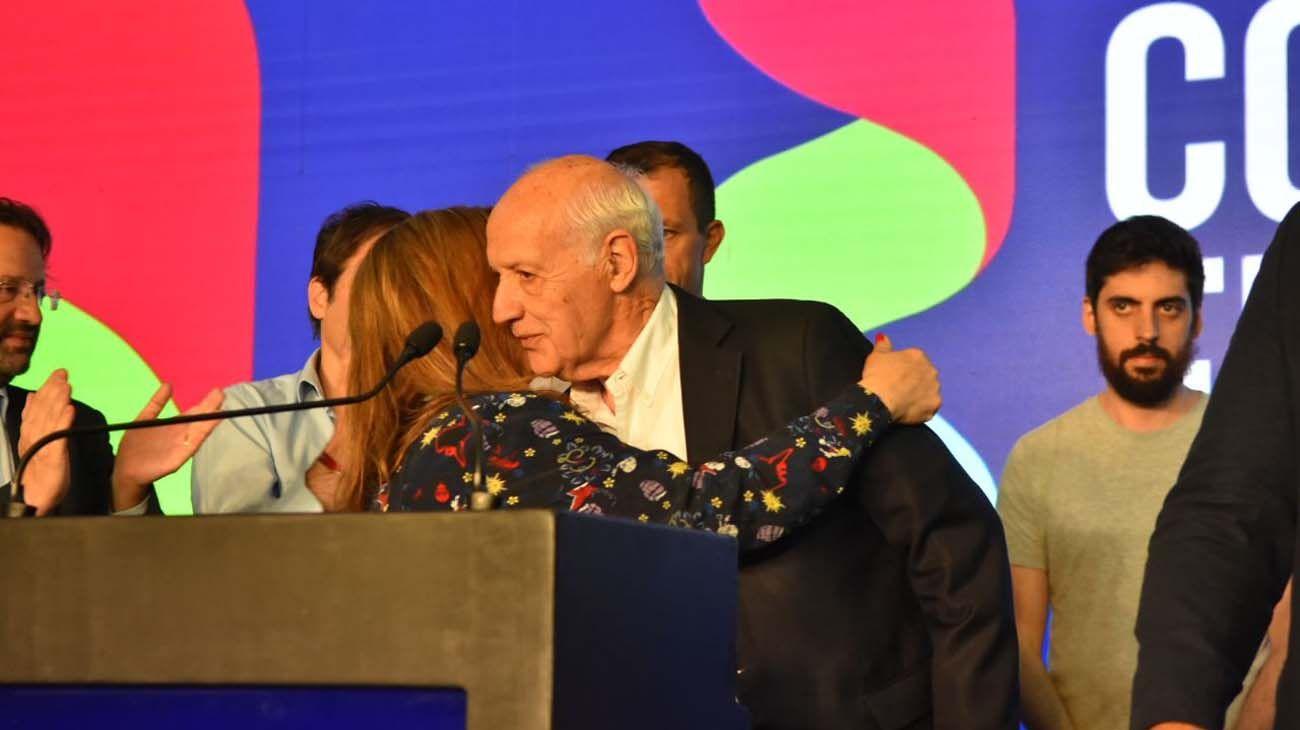 Roberto Lavagna y Marta Camaño se abrazan, luego de las palabras del candidato a presidente de Consenso Federal.