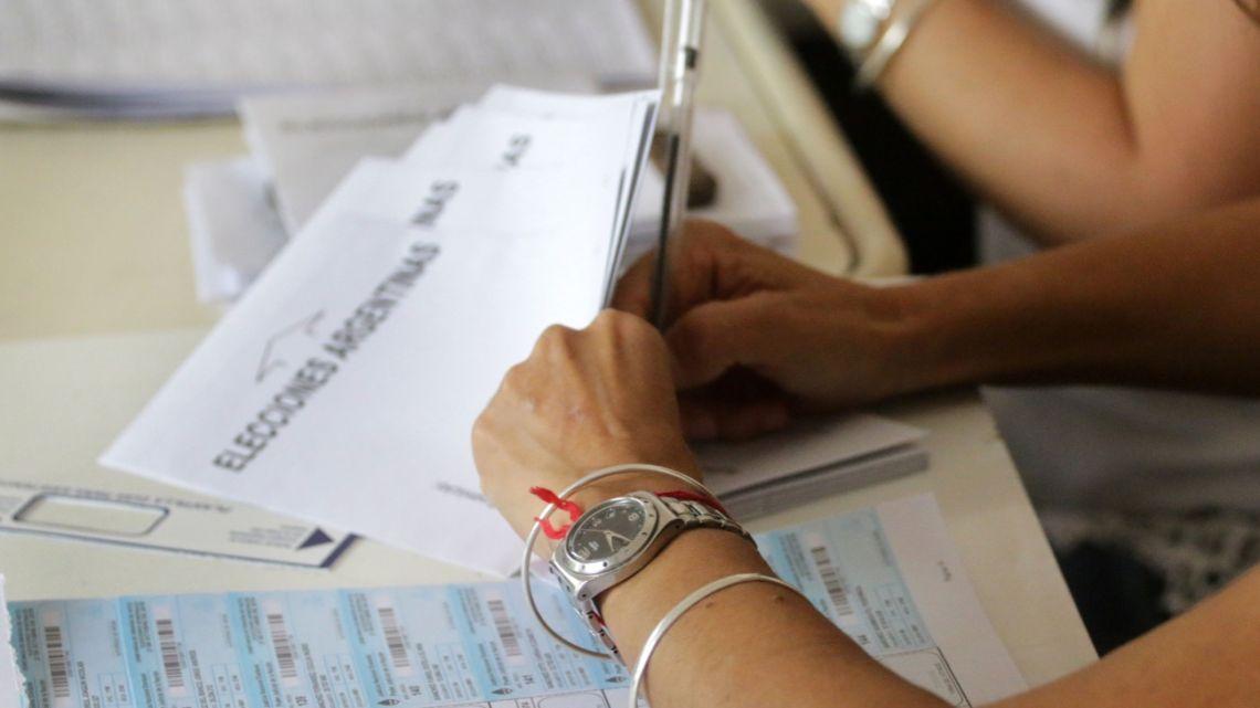 Ciudadanos votan en las elecciones generales en la ciudad de Cordoba