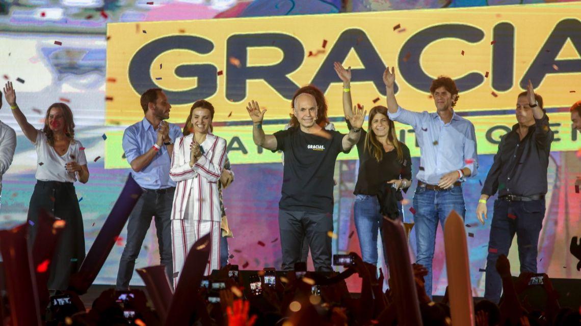 Buenos Aires City Mayor Horacio Rodríguez Larreta greets supporters from the stage tonight in the Juntos por el Cambio bunker.