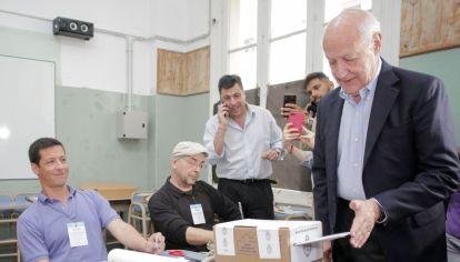 El candidato de Consenso Federal, Roberto Lavagna, en el momento de votar.