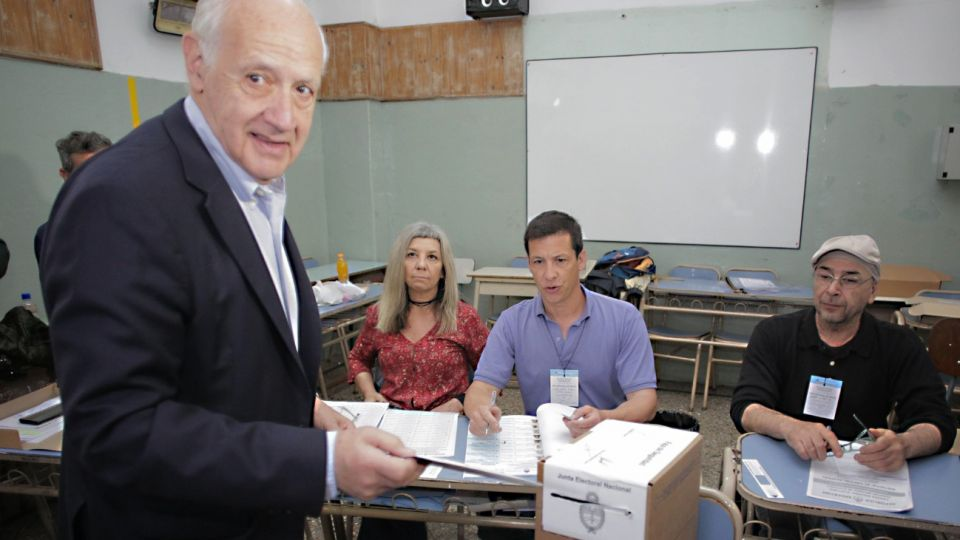 El candidato a la presidencia Roberto Lavagna vota en las elecciones generales.