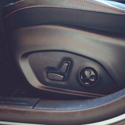 En la parte inferior de la consola están los comandos de audio, climatización y de asistente para el estacionamiento semi-automático Park-Assist.