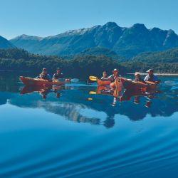 En kayak por la bella geografía del Lago Espejo en Neuquén.
