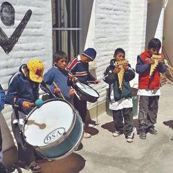 Siguiendo camino, dejamos algunas donaciones en la escuela de Huancar, donde los niños con su maestro nos improvisan una musical bienvenida.