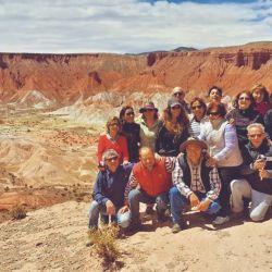 Los participantes de la travesía se toman una fotografía aprovechando el hermoso marco que da el colorido Valle de la Luna, cercano a Cusi Cusi.