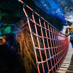 De una cueva a otra se va a través de un puente colgante, algo muy fuera de lo común para muchos.