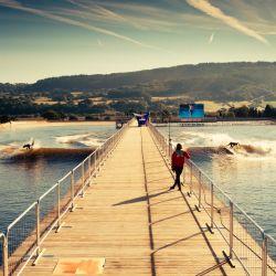 Snowdonia, un parque de aventuras que ofrece condiciones óptimas para surfear.