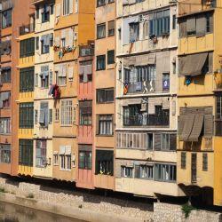 Las fachadas coloridas de las casas se reflejan en el río Onyar.