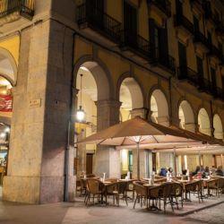 Los restaurantes son un lugar ideal para pasar la velada en la Plaza Independencia.