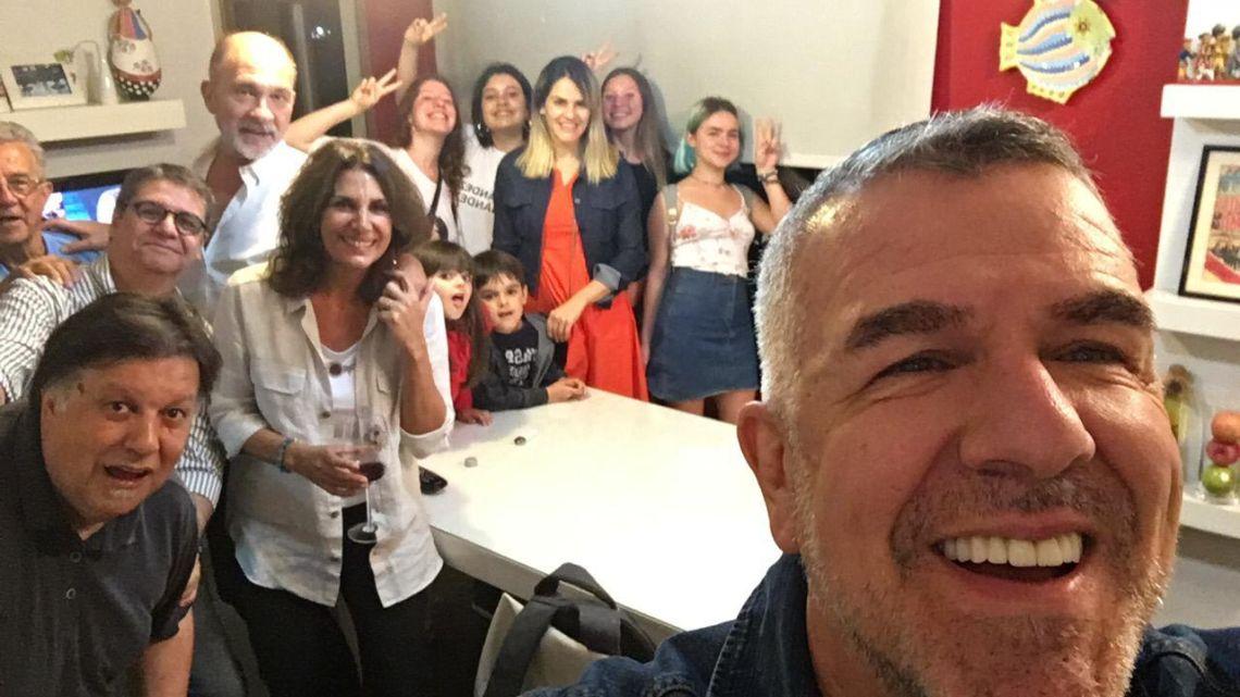 Festejo. Brieva y amigos celebraron la elección del domingo. | Foto:Cedoc.